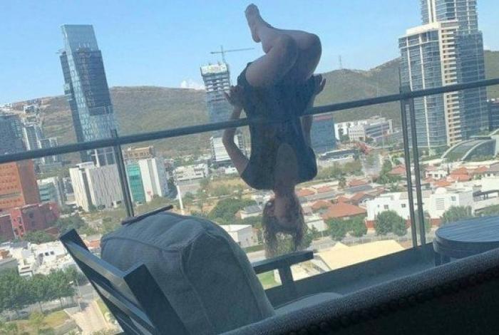 Jovem cai de altura de 24 metros ao fazer posição de ioga na varanda