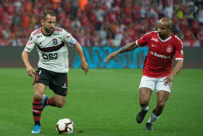 Everton Ribeiro tenta levar o Rubro-Negro ao ataque no Beira-Rio