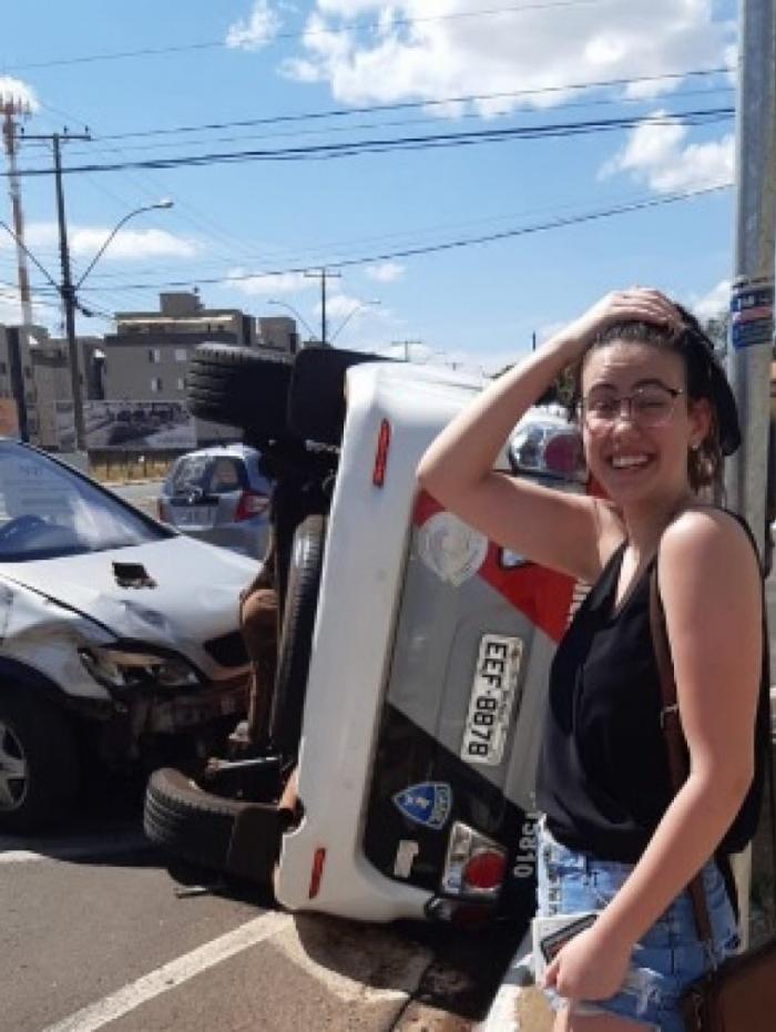 Ao invés de frear, estudante acelerou com o carro e causou o acidente