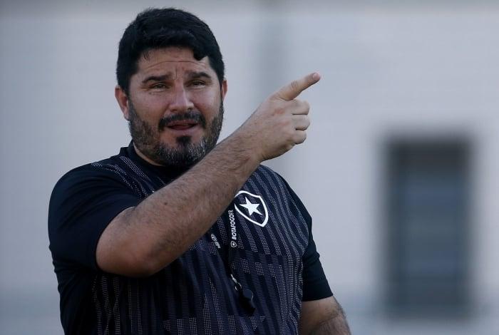 O técnico Eduardo Barroca pode testar nova formação no Botafogo