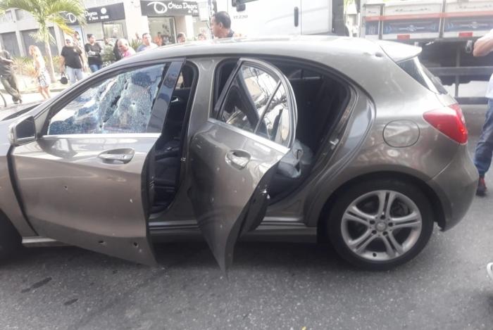 O carro roubado pelos bandidos foi atingido por vários tiros