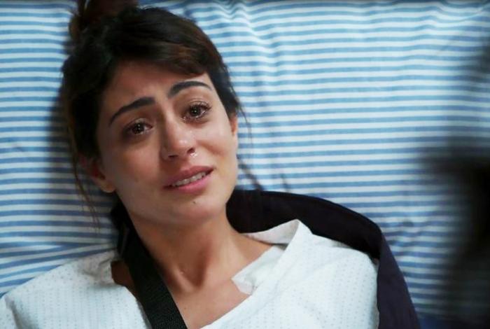 Helena (Carol Castro) pede desculpas e aconselha Missade (Ana Cecília Costa) em 'Órfãos da Terra'