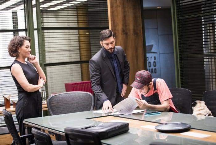 Em 'Bom Sucesso' Jesse Junior (Victor Lamoglia), ao lado de Pepito, assina contrato com a editora Prado Monteiro. Nana ( Fabiula Nascimento ) e Diogo ( Armando Babaioff ) observam