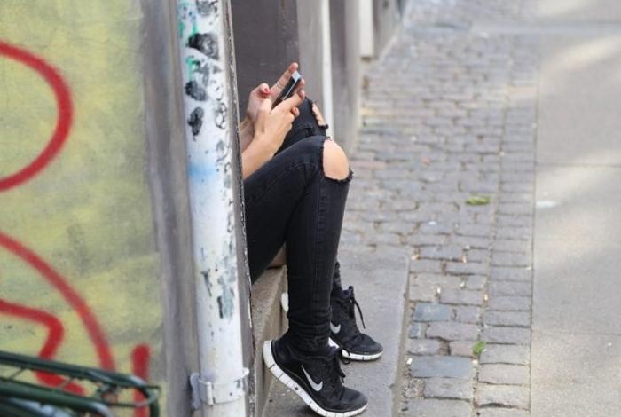 Vídeos da professora foram encontrados em celular da aluna menor de idade