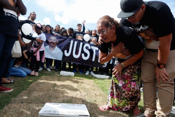 Maria Edna Virginio de Oliveira junto ao tumulo do filho, o pastor Anderson do Carmo