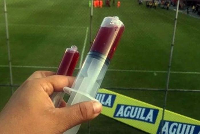 Torcedores do Independiente Medellín jogaram seringas com sangue em campo como protesto