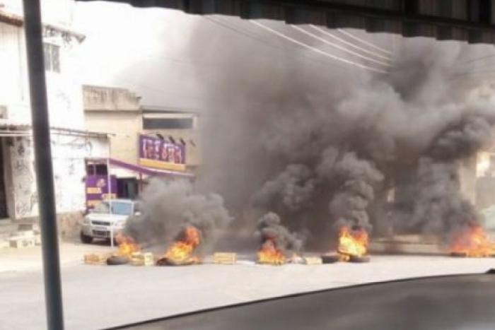 Manifestantes atearam fogo na via