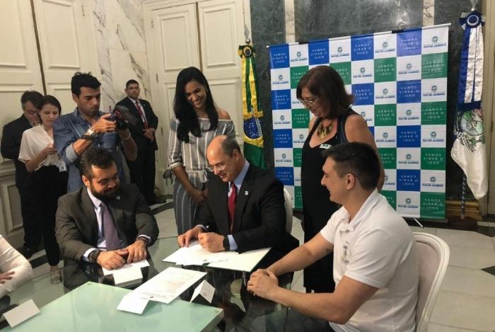 Governador Wilson Witzel e secretário de Educação, Pedro Fernandes, garantiram que adicional será depositado junto com salário de setembro