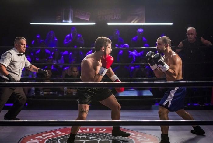 Rock (Caio Castro) e Paixão (Duda Nagle) lutam, em 'A Dona do Pedaço'