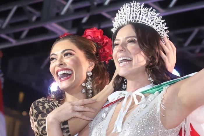 Juliana Paes passa a coroa de Rainha de Bateria da Acadêmicos do Grande Rio para Paolla Oliveira