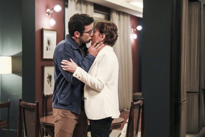 Beatriz (Natália do Vale) e Zé Hélio (Bruno Bevan) se beijam, em 'A Dona do Pedaço'