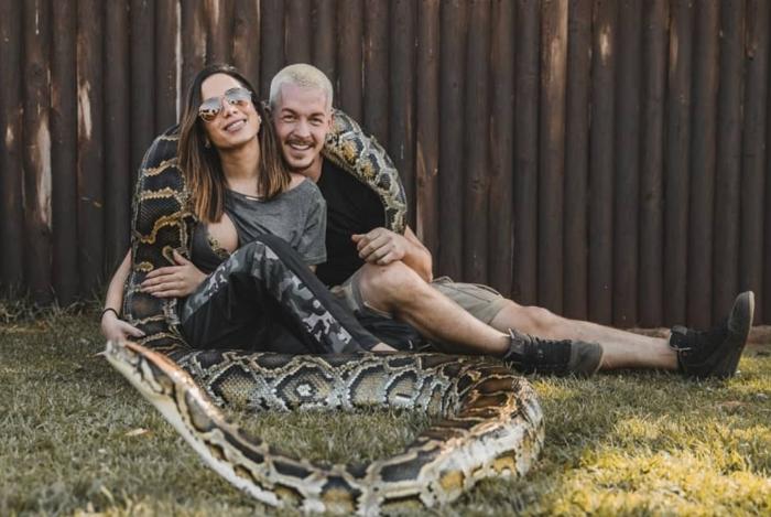 Anitta surge coladinha em cuidador de animais e internautas shippam os dois