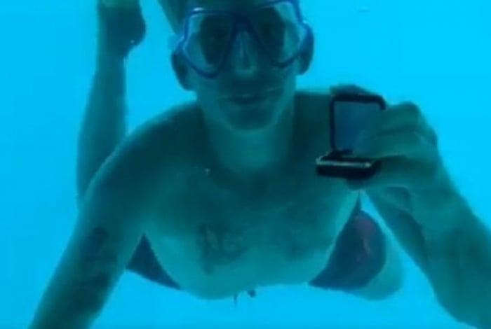 Homem morre afogado após pedir namorada em casamento debaixo d'água