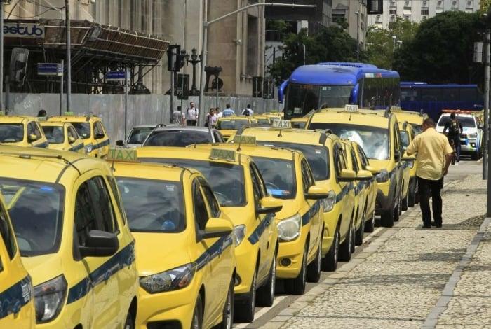 Taxitas devem imprimir tabela no site da SMTR para fazer conversão dos novos valores estipulados