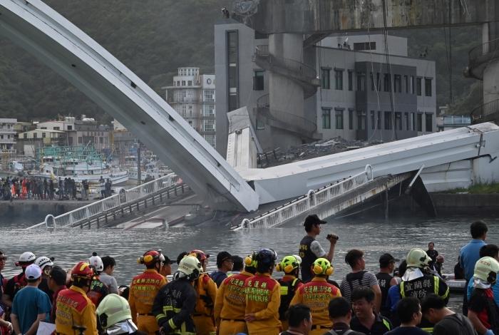 Ponte desaba em Taiwan