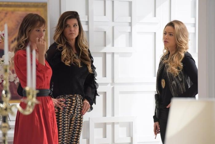 Graça (Rayanne Morais) flagra Yasmim (Juliana Didone) se encontrando com Lara (Cristiana Oliveira), em 'Topíssima'