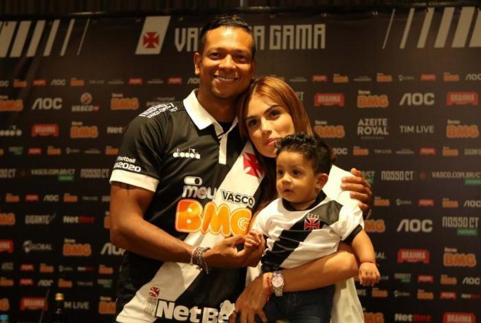 O volante Guarín posa com a esposa, Sara,  e o filho Jacobo na apresentação oficial: vontade e motivação