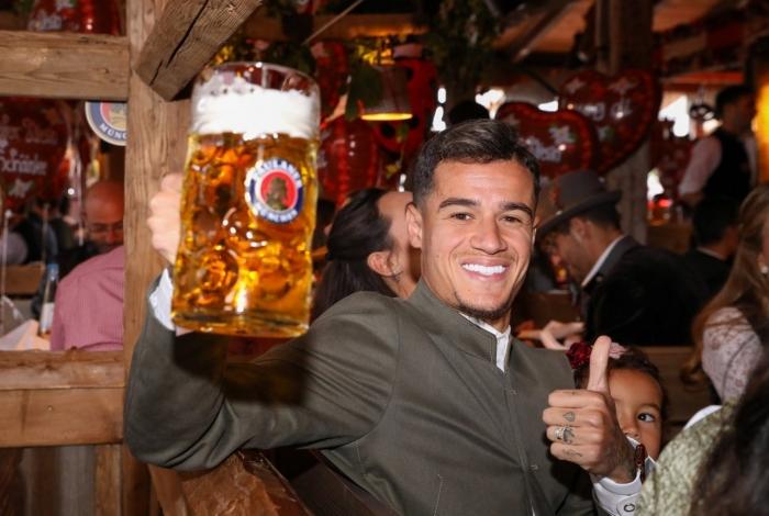 Philippe Coutinho participa da Oktoberfest com o elenco do Bayern de Munique
