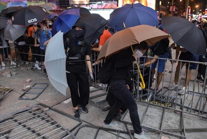 Manifestantes montaram uma barricada em uma rua do distrito de Mong Kok, em Hong Kong, nesta segunda-feira