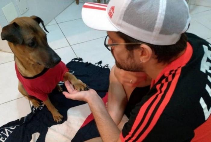 Danilo Mello com o seu cão de estimação