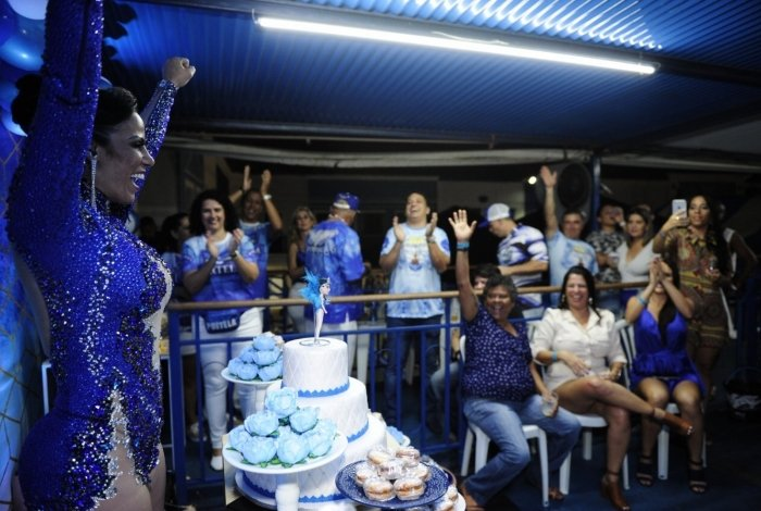 Musa da Portela comemora aniversário na quadra da escola e manda recado para o Meia Hora