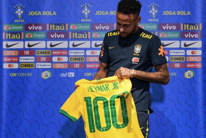 Neymar recebeu camisa especial