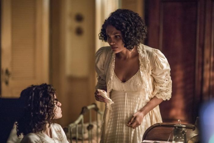 Em 'Éramos Seis', Shirley (Barbara Reis) surpreende Inês (Gabriella Saraivah), que está tentando ler a carta que a mãe recebeu