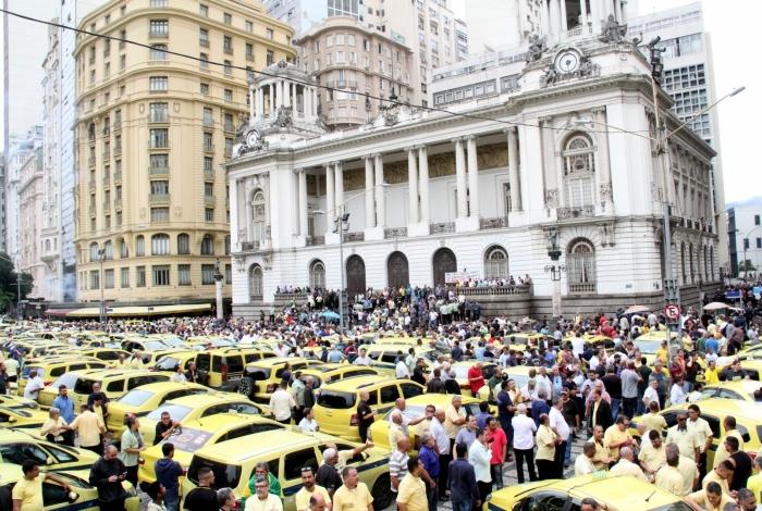 Manifestantes de grupos de taxistas e aplicativos realizaram ato em frente à Câmara, esta semana