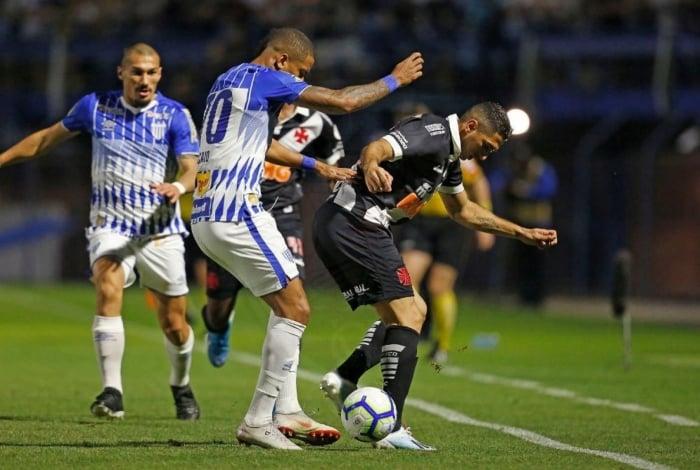 O lateral Danilo Barcelos tenta escapar da marcação na Ressacada