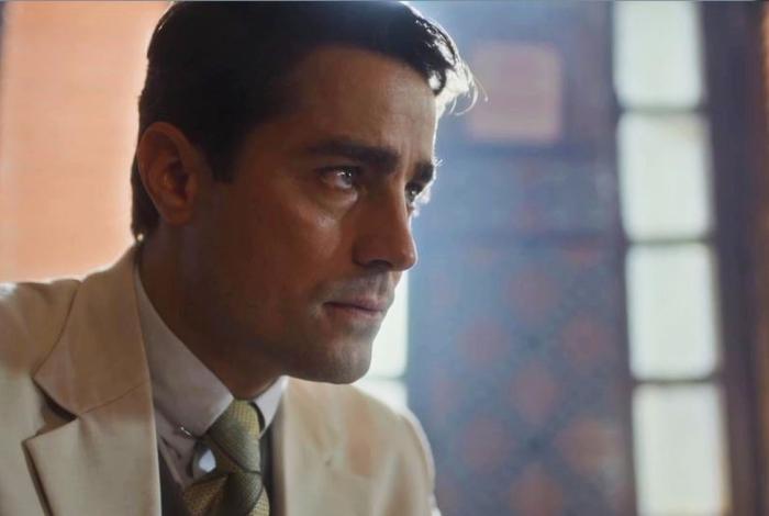 Almeida (Ricardo Pereira) recebe alerta do delegado Gusmões (Stepan Nercessian), em 'Éramos Seis'