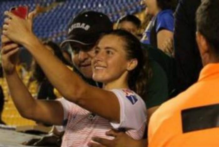 Jogadora foi apalpada enquanto tirava selfies com torcedores