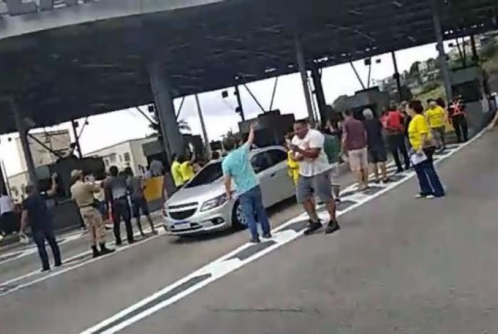 Grupo faz manifestação na Linha Amarela e libera passagem de veículos sem pagamento do pedágio por cinco minutos