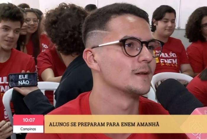 Estudante protesta contra Bolsonaro em 'É de Casa'