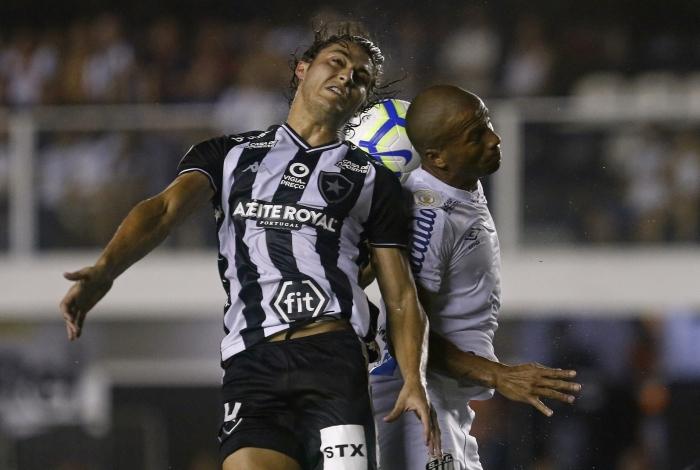 Marcinho (E) sobe vendido num lance: mal como todo o time