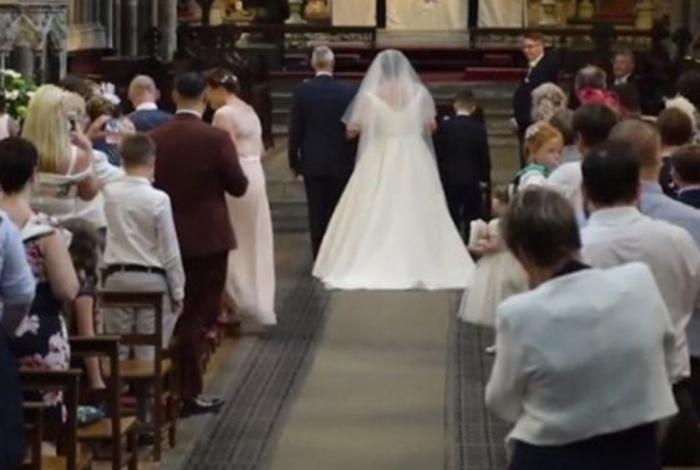 Mulher cadeirante emociona ao entrar andando em casamento