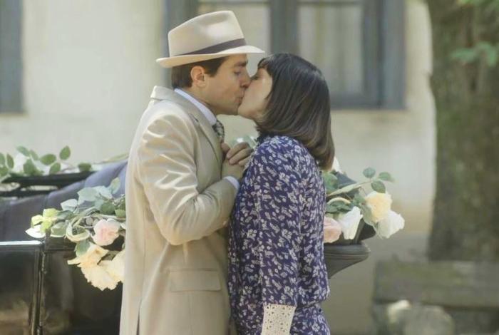Almeida e Clotilde se beijam durante o casamento de Olga, em 'Éramos Seis'