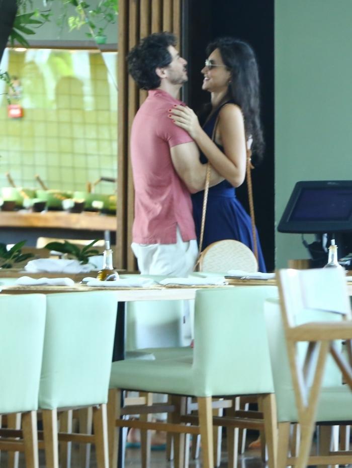 Débora Nascimento passeia no shopping com o namorado, em um shopping na Barra da Tijuca