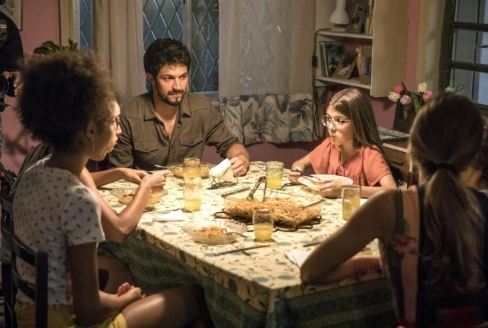 Marcos (Romulo Estrela) e Sofia (Valentina Vieira) jantam na casa de Paloma (Grazi Massafera), em 'Bom Sucesso'
