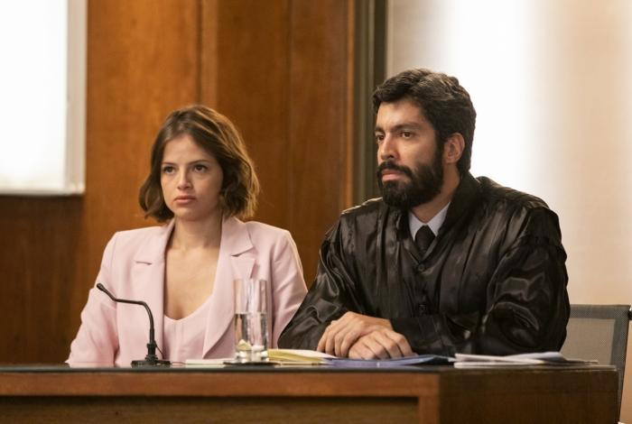 Josiane (Agatha Moreira) chega para seu julgamento ao lado do advogado Tibério (Vandré Silveira), em 'A Dona do Pedaço'