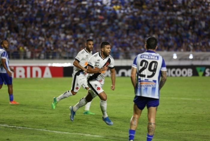 O zagueiro Oswaldo Henríquez corre para festejar o segundo gol do Vasco: atuação segura em Maceió