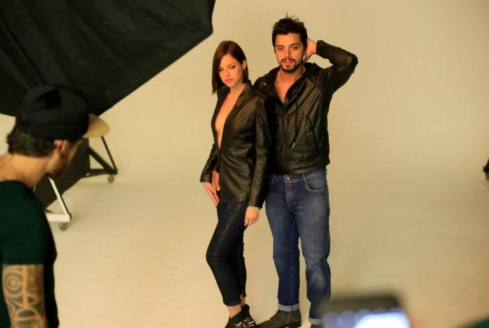 Agatha Moreira e Rodrigo Simas posam juntos em campanha.