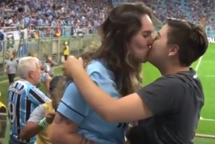 Torcedoras comemoram o amor durante o jogo entre  Grêmio X Internacional