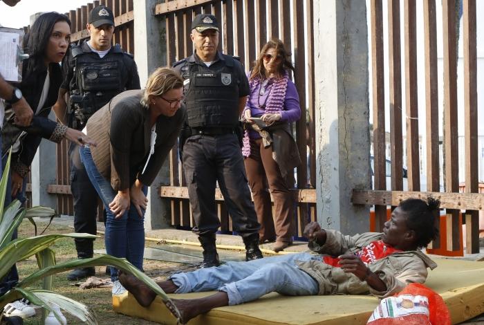 Agentes de órgãos do governo estadual, entre eles policiais civis e militares, da Saúde e da Assistência Social, abordam  moradores de rua. Arquivo O Dia