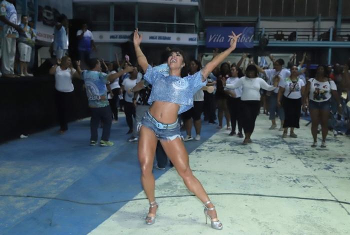 Aline Riscado esbanja boa forma e samba no pé