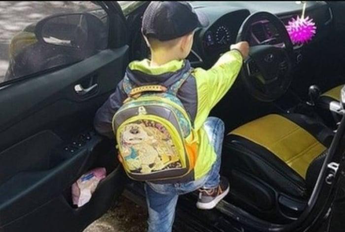 Menino de 6 anos aparece dirigindo carro a 180 km/h
