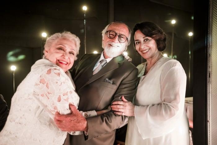 Antero se lembra do seu amor por Marlene ao vê-la vestida de branco e casa com ela, em vez de Evelina