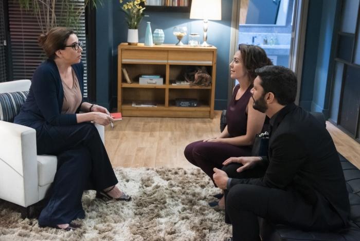 A falsa terapeuta Marcela Klein durante uma sessão com Nana e Diogo, em 'Bom Sucesso'