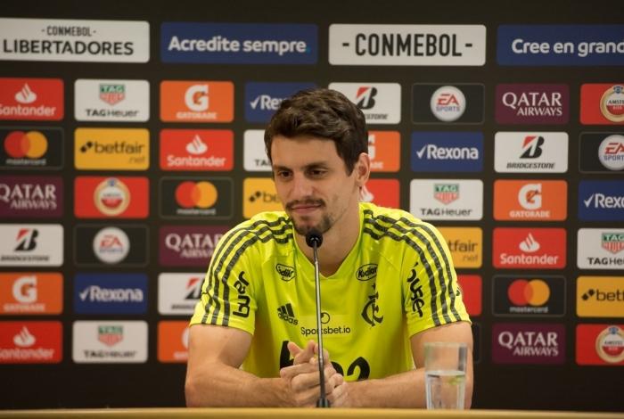 Rodrigo Caio conversou com os jornalistas depois do treino do Flamengo