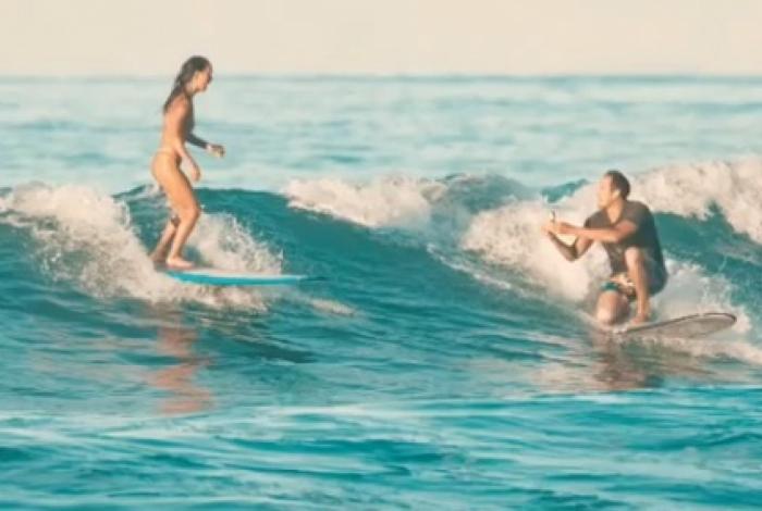 Christopher Garth pediu sua namorada, Lauren Oiye, em casamento enquanto surfavam juntos