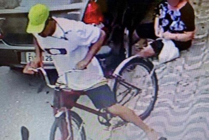 Idosa caminhava com sacolas na mão em Santos, litoral Paulista, quando o assaltante, em uma bicicleta, invade a calçada e tenta puxar uma das bolsas